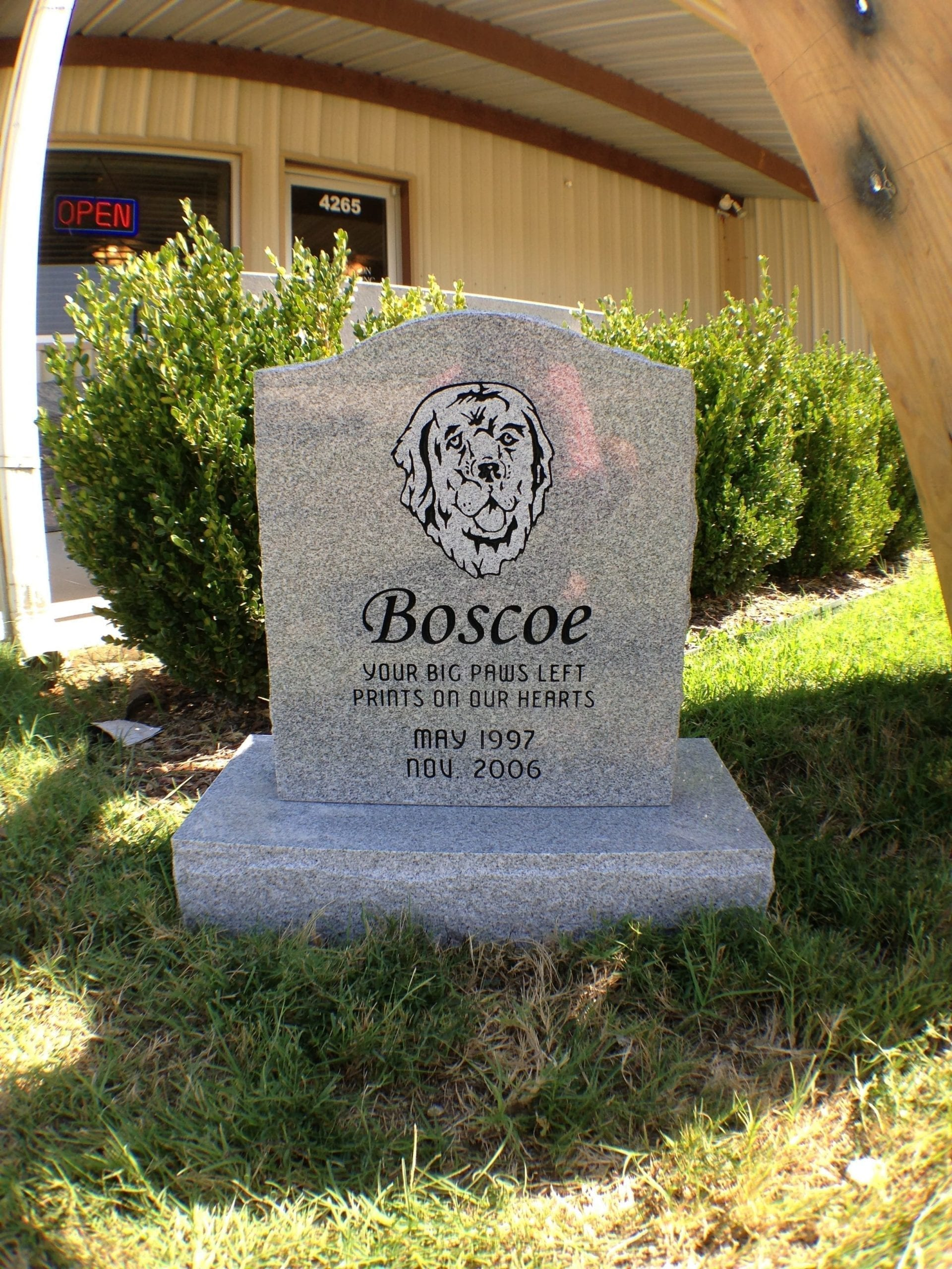 Boscoe Pet Upright Memorial